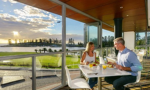 Flanked by the glistening Kiama Harbour, The Sebel Harbourside Kiama suits guests looking for a leisure or business stay.